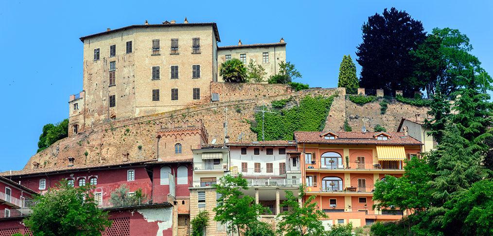 vista del comune di Castellinaldo e del suo castello