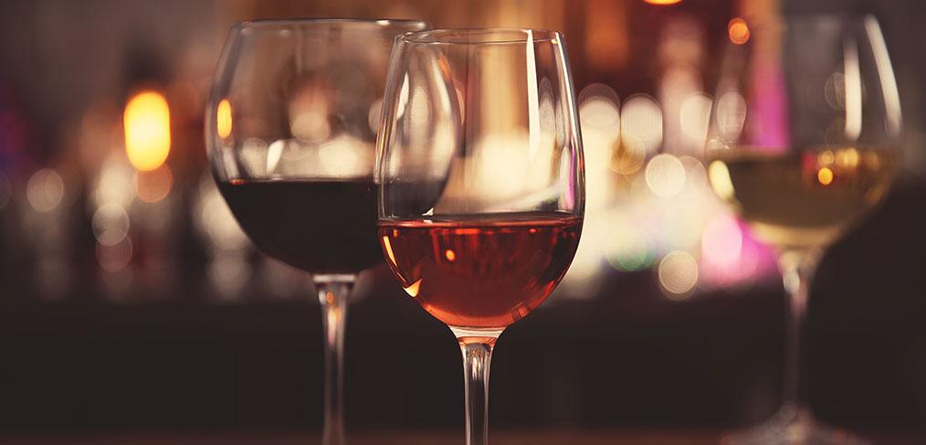 alcuni calici abbinati al vino