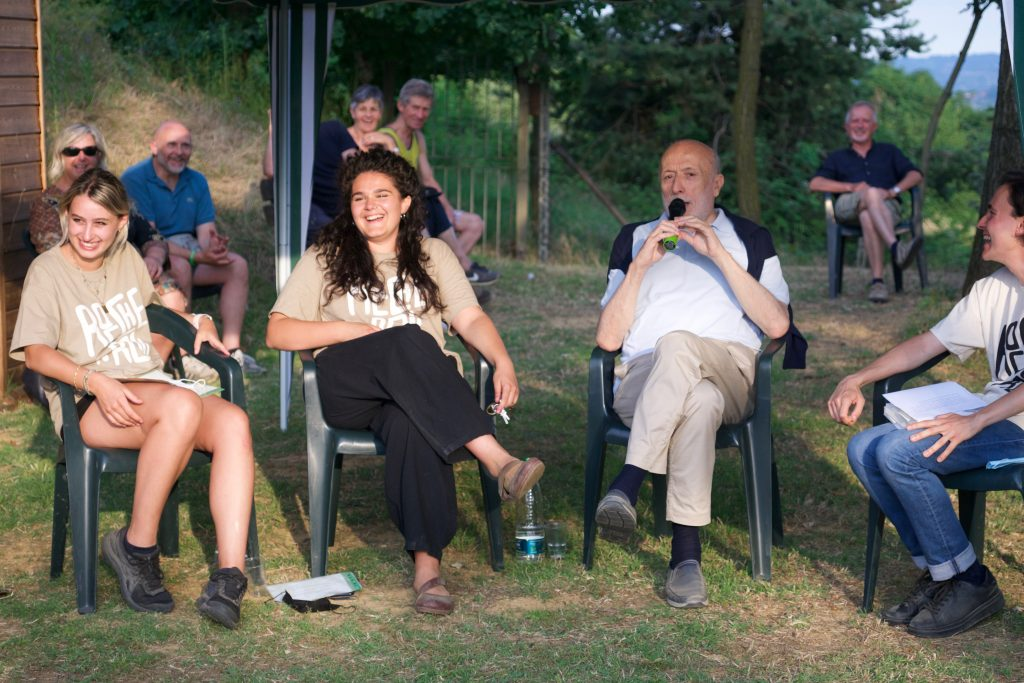 I ragazzi di Rocche 'n Roll dialogano con Carlo Petrini, ecologista e fondatore del movimento Slow Food, al loro evento 'Innesti', a cui il Consorzio ha collaborato